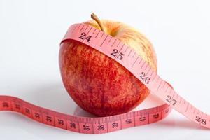 fita métrica com maçã vermelha foto