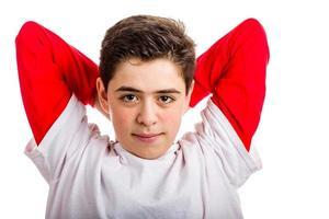 menino caucasiano, esticando, levantando braços