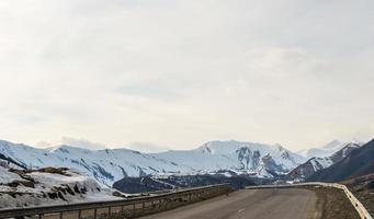 montanhas caucasianas e nuvens incríveis foto
