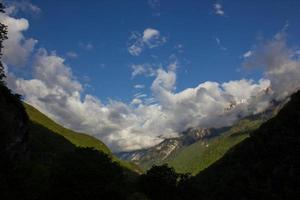 montanhas caucasianas cobertas por florestas.