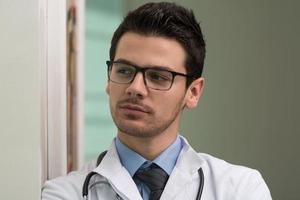 jovem profissional de saúde caucasiano foto