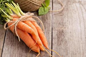 cenoura fresca com folhas verdes foto