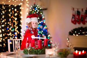 criança no jantar de natal em família em casa foto
