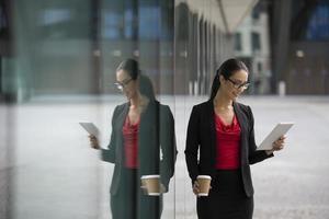 mulher de negócios caucasiano usando um tablet foto