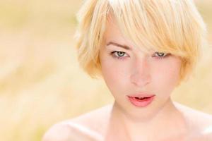 retrato de mulher jovem e bonita caucasiano ao ar livre.