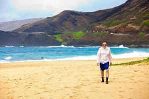 homem caucasiano em meados dos anos quarenta na praia havaiana