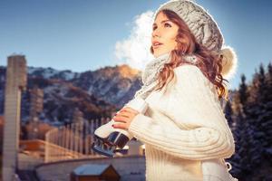 linda mulher caucasiana, patinar no gelo ao ar livre foto