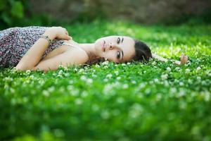jovem e bela mulher caucasiana descansa no parque foto