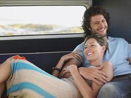 casal relaxando na caravana durante a viagem foto