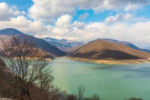 montanhas caucasianas perto do lago verde e nuvens incríveis