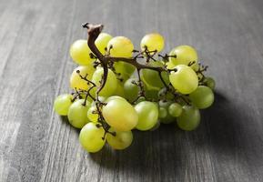 uva verde em uma mesa de madeira