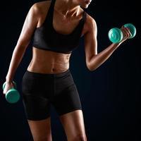haltere de levantamento de mulher atlética foto