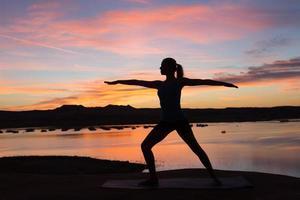 ioga da manhã à beira do lago foto