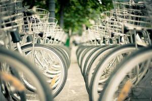 bicicletas aparcadas calle ciudad foto