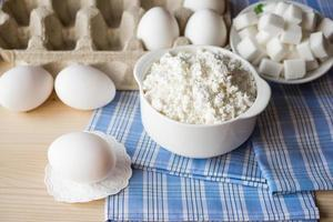 laticínios. queijo cottage e ovos foto