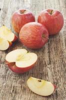 maçãs em uma placa de corte foto