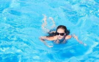 jovem na piscina foto