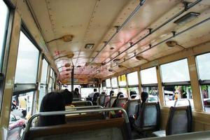 no ônibus foto