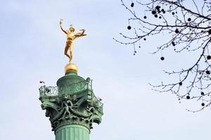 coluna de julho na place de la bastille em paris foto