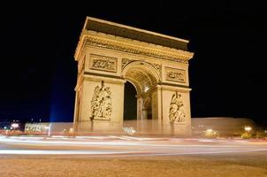 arco do triunfo a noite - paris - frança foto