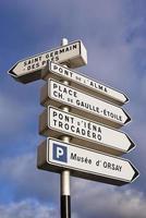 sinal de direções de paris foto