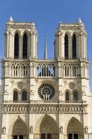 Notre Dame e céu azul foto