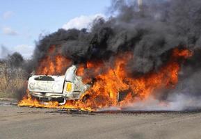carro pegando fogo foto