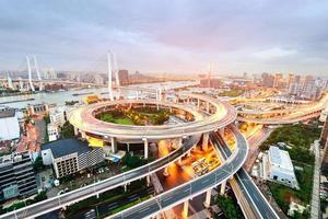 cruzamento elevado da estrada de Shanghai e viaduto do intercâmbio na noite foto