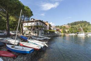 barcos no lago de como, itália