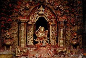 deusa de bronze no templo hindu no nepal.