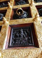 porta do templo com sino e gravura foto