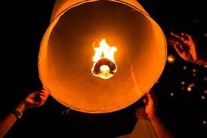 lanternas asiáticas flutuantes foto