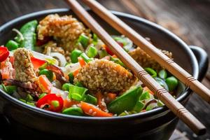 frango com gergelim com legumes e macarrão