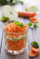 salada de cenoura e maçã foto