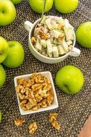 salada verde de maçã e nozes foto
