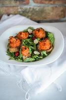 abóbora no pão integral e salada com cranberries foto
