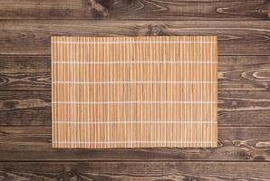 guardanapo de bambu na mesa de madeira. vista do topo foto