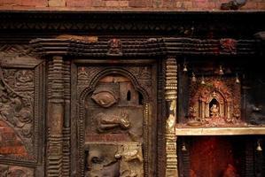 deusa de bronze na parede no templo hindu.