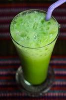 torrão de café com leite matcha chá verde no fundo da mesa de madeira foto