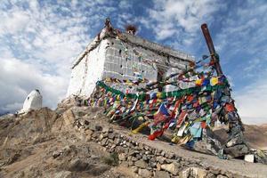 stupa com bandeiras de oração - leh - ladakh