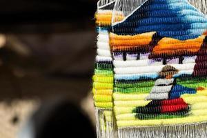 tecido colorido no mercado em peru, américa do sul foto