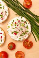 pães com queijo cottage e rabanete fresco
