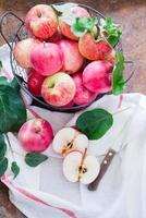 maçãs em uma cesta foto