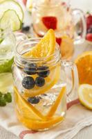 água de spa saudável com frutas foto