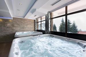 banheiras de hidromassagem no centro de spa foto