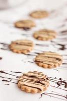 comida: biscoitos de aveia caseiros com cobertura em chocolate