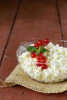 queijo cottage orgânico natural fresco em uma tigela de vidro foto