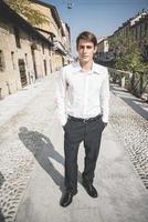 homem jovem bonito elegante modelo loiro foto