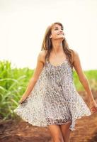 linda garota andando no campo, estilo de vida de verão foto