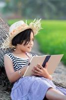 linda garota lendo um livro foto